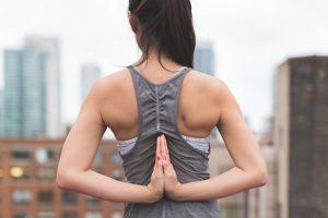 בחורה עם שרירים בתנוחת יוגה