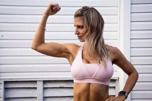 מדריכת כושר אישית עושה שרירים