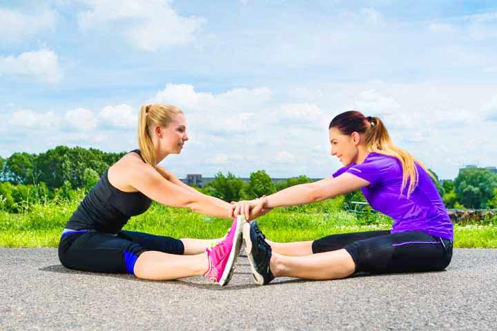 שתי נשים עושות מתיחות לרגליים