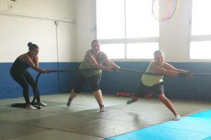 3 בנות מושכות בחבל תוך כדי אימון