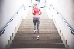 בחורה רצה במדרגות