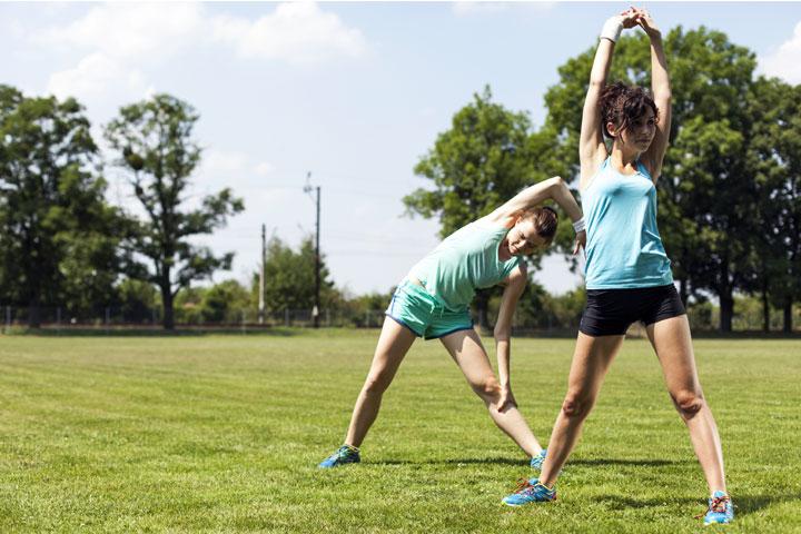שתי בנות מבצעות מתיחות בפארק
