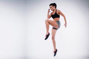 אישה עם שרירים מנתרת באוויר