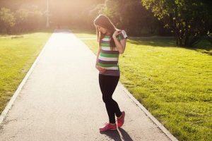 אישה בהריון בפארק