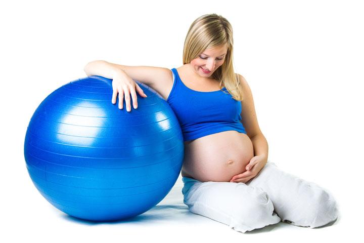 אישה בהריון עם כדור פיטבול