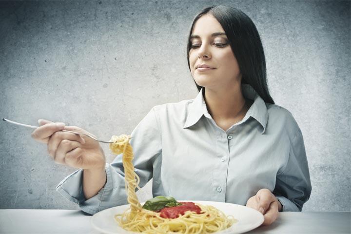 בחורה אוכלת מצלחת פסטה