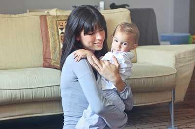 אמא מחבקת את התינוק שלה