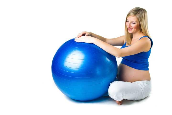 אישה בהריון עם כדור פיזיו