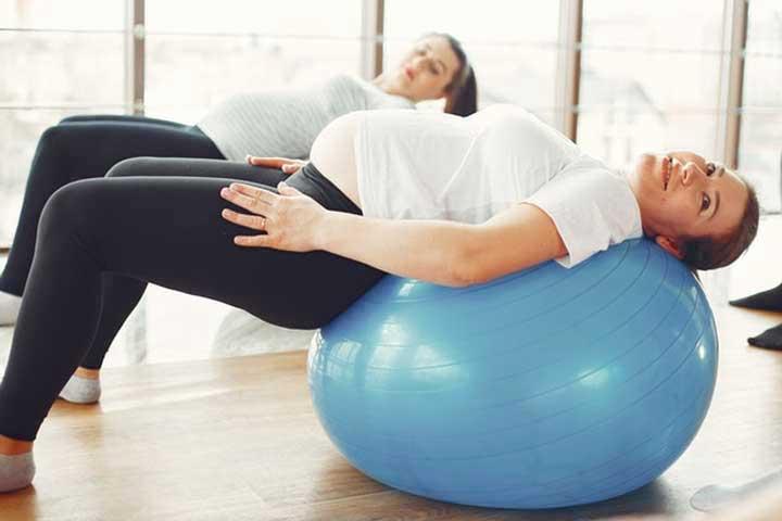 שתי נשים בהריון נמתחות על כדור