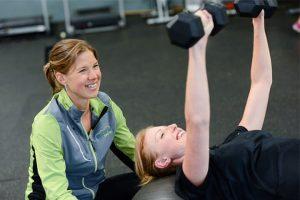 שתי בנות באימון כושר אישי
