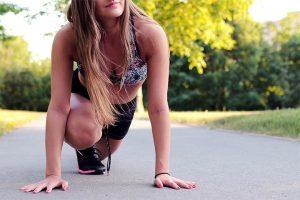 מאמנת ספורטיבית עושה מתיחות בפארק