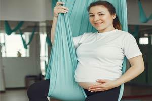 אישה בהריון מתאמנת עם רצועות