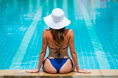 בחורה עם בגד ים כחול בבריכה