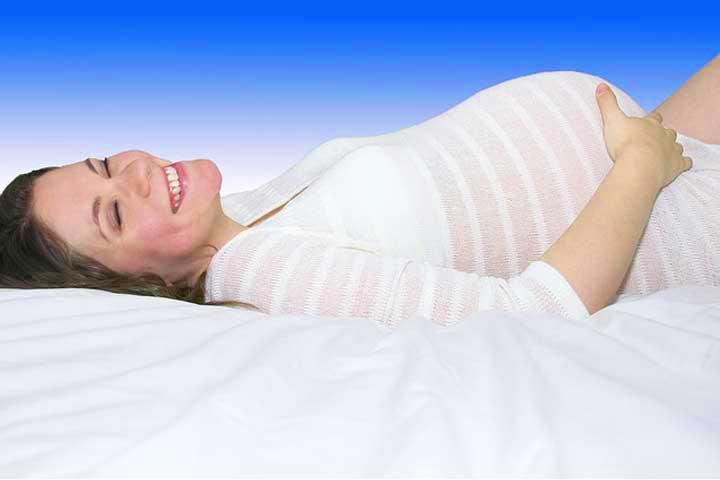 אישה בהריון צוחקת