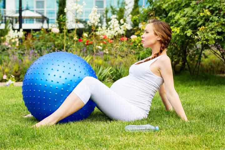 אישה בהריון נרגעת בפארק