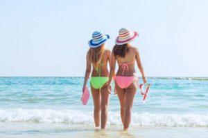 2 בנות עם ביקיני בים