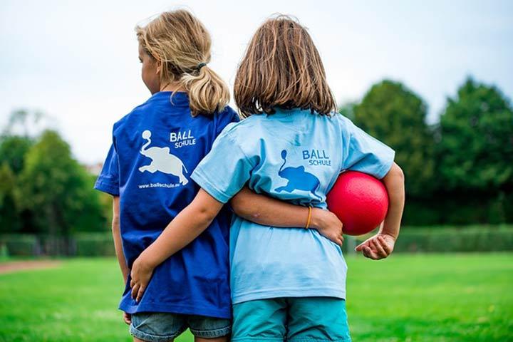 שני ילדים מחובקים וכדור