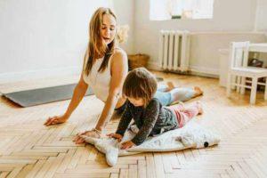 בחורה עושה מתיחות עם ילדה קטנה