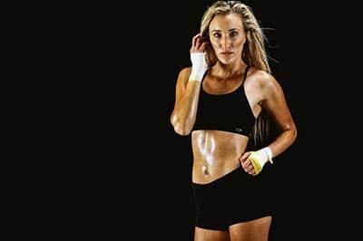 אישה חטובה לובשת בגדי ספורט שחורים