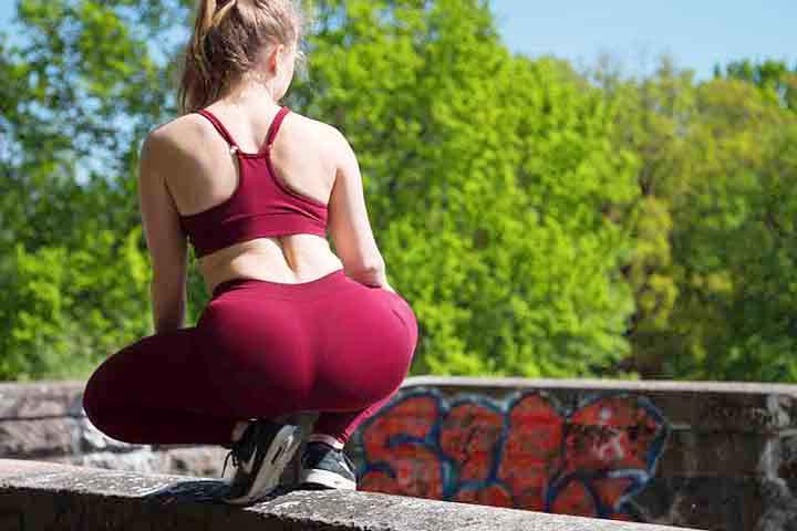 בחורה בחליפת ספורט אדומה עם גוף יפה