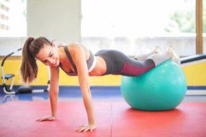 בחורה עושה תרגיל בטן עם כדור