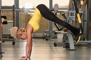 אימון בטן על רצועות TRX