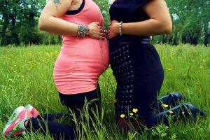 שתי נשים בהריון על הדשא