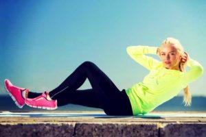 בחורה עושה תרגיל לשרירי בטן אלכסוניים