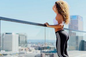 בחורה ספורטיבית מביטה מהמרפסת