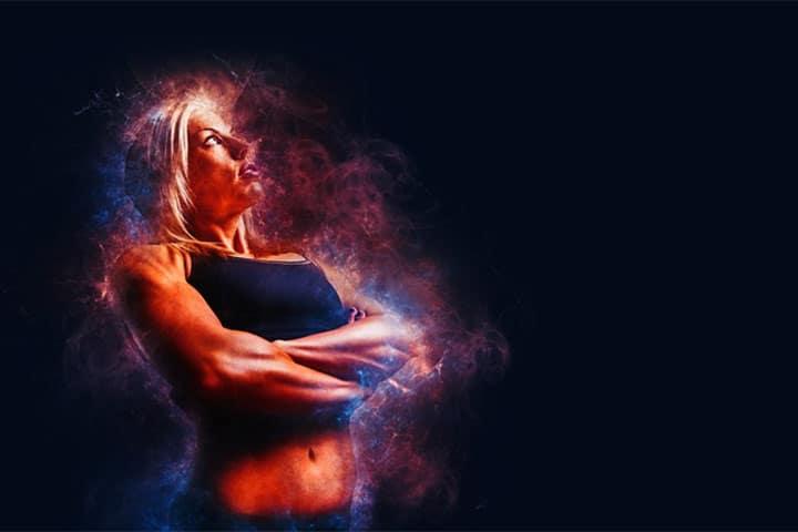 אישה חזקה ושרירית משלבת ידיים