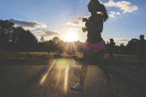 בחורה ספורטיבית עושה הליכה בפארק