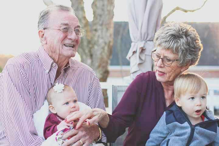 סבא וסבתא עם הנכדים
