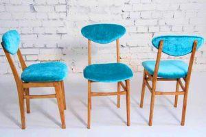 שלוש כיסאות כחולים מעץ
