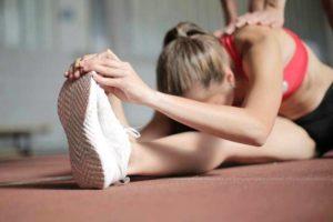 בחורה עושה מתיחה לשריר הירך