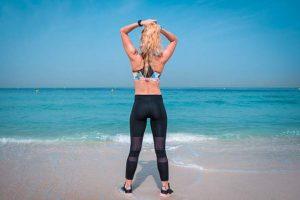 בחורה חטובה בחוף הים