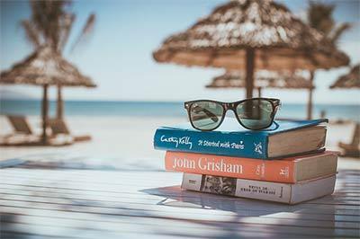חופשה עם ספרי קריאה ושמש