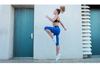 אישה מבצעת תרגיל קפיצה באוויר