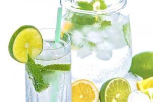 מים עם לימון ועלי נענע