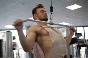 אדם שרירי מתאמן בחדר הכושר