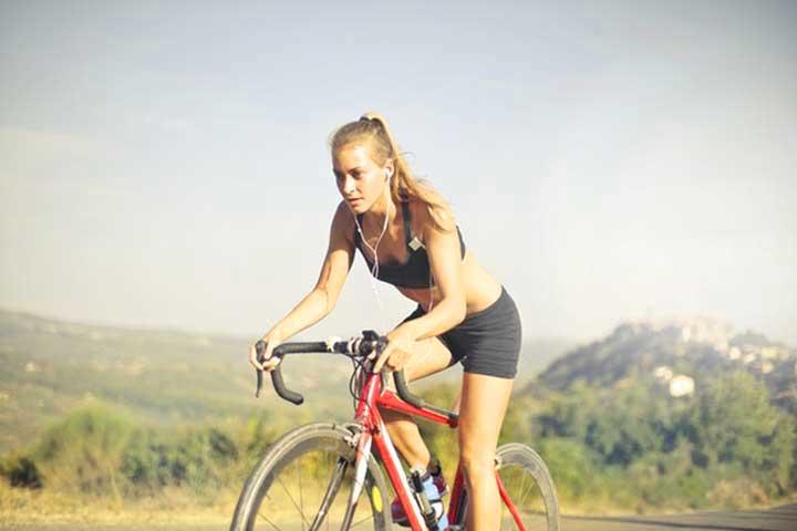 בחורה רוכבת על אופניים בשטח