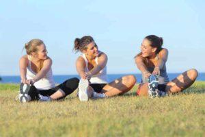 שלוש בנות עושות מתיחות אחרי אימון