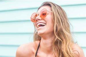 בחורה עם משקפי שמש מחייכת