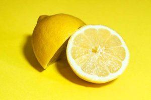 לימון חתוך לשני חצאים