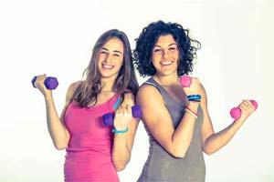 שתי בנות אוחזות במשקולות
