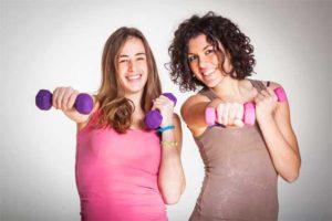 שתי בנות מחזיקות במשקולות צבעוניות