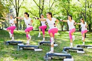 קבוצת בנות מתאמנות בפארק