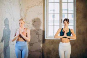 בנות עושות יוגה
