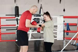 מאמן עם ילדה בעלת צרכים מיוחדים