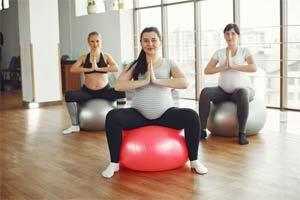 נשים בהריון עושות יוגה