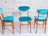 שלושה כיסאות כחולים מעץ